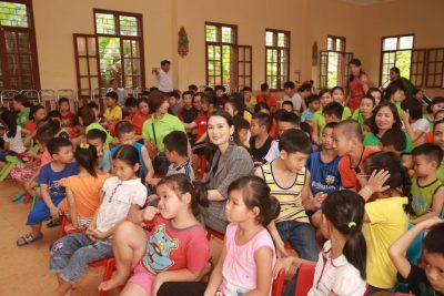 Doanh nhân Phạm Hà chụp cùng các bé SOS